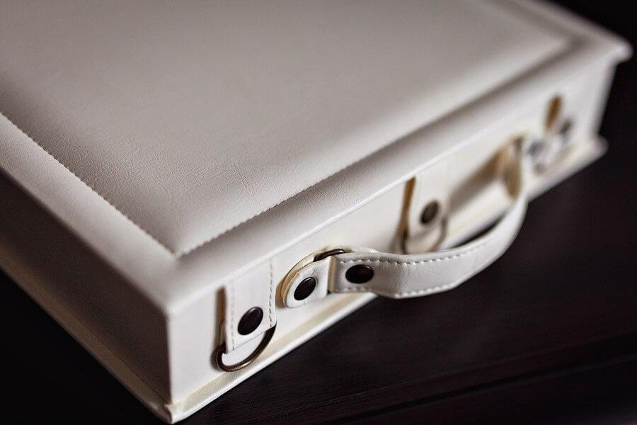 белая кожанная фотокнига с чемоданом заказать печать фотокниги