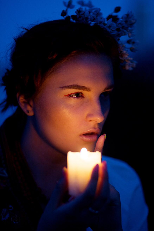 вечерняя фотосессия при свечах на берегу у воды на пляже фотограф Киев в украинском стиле
