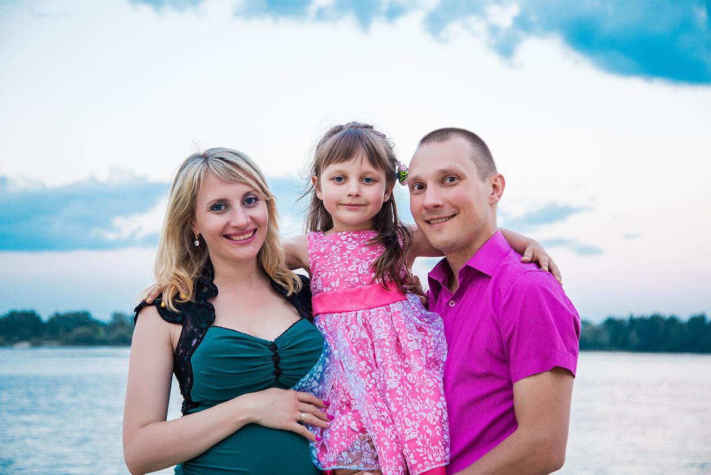 фотосессия на пляже семейная мама с дочкой папой беременная мужем