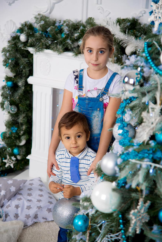 novogodnjaja-detskaja-fotosessija-brata-i-sestry-13