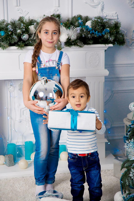 novogodnjaja-detskaja-fotosessija-brata-i-sestry-16