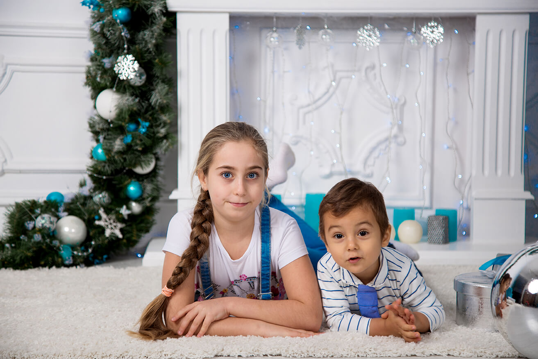 novogodnjaja-detskaja-fotosessija-brata-i-sestry-17