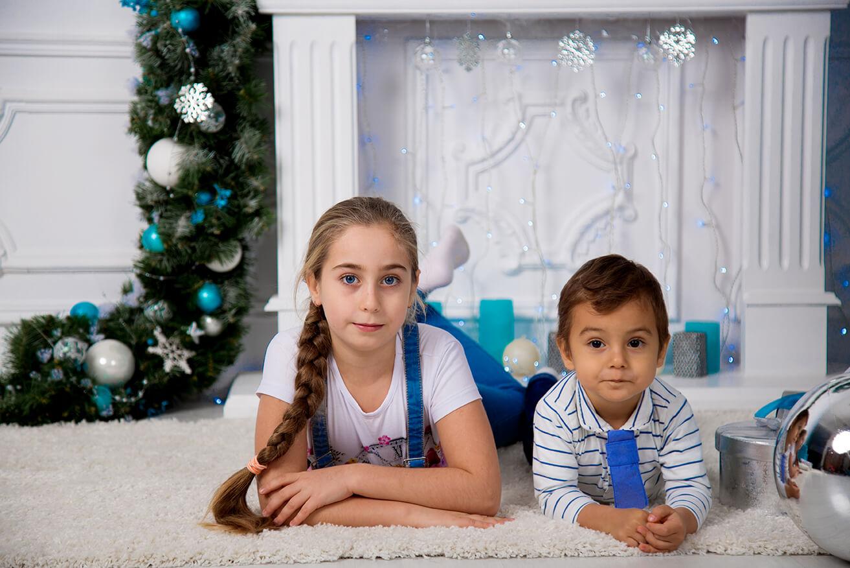 novogodnjaja-detskaja-fotosessija-brata-i-sestry-18