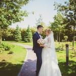 svadebnaja-fotosessija-v-mezhigore-fotograf-kiev-svadebnye-pozy-buket-1