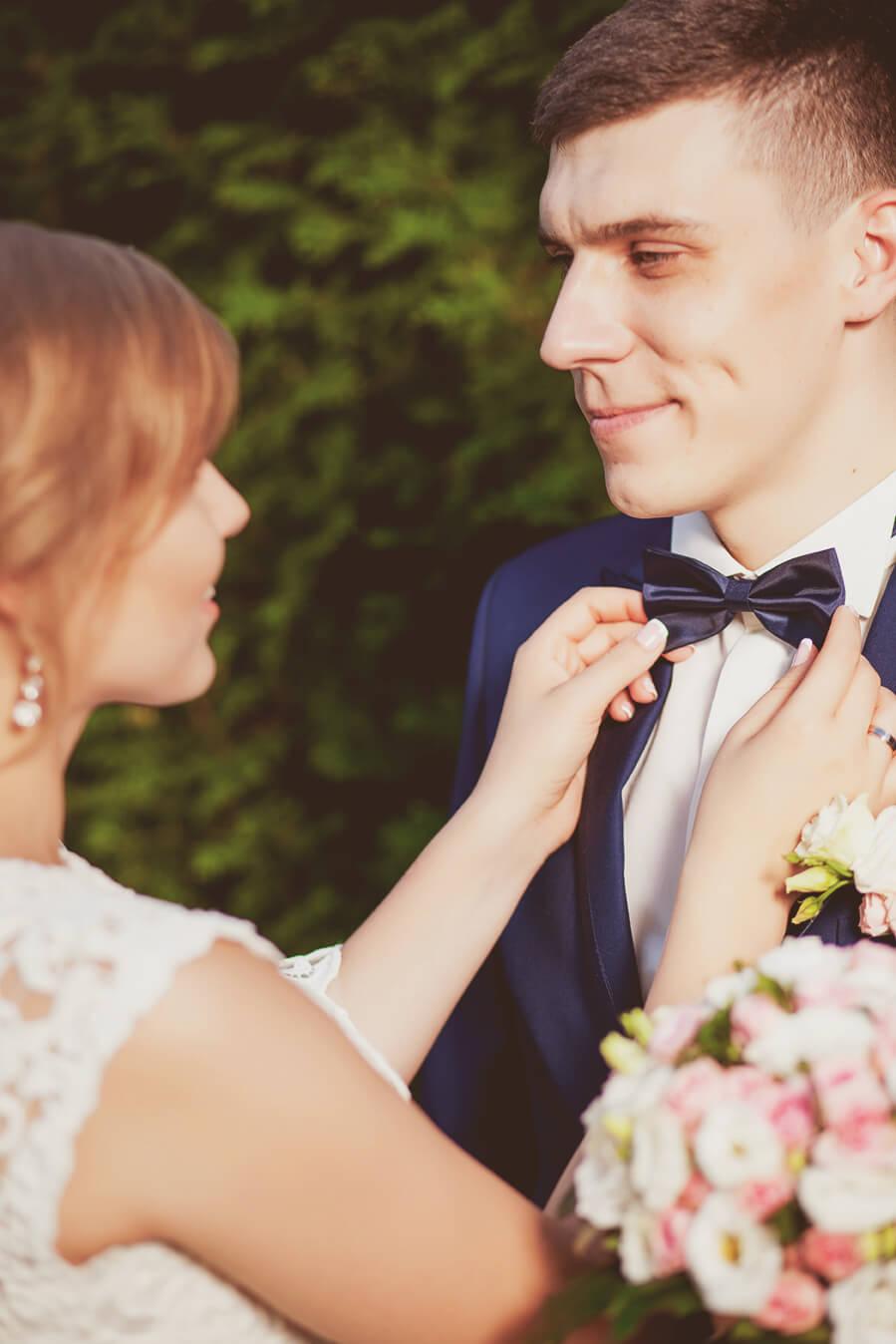 svadebnaja-fotosessija-v-mezhigore-fotograf-kiev-svadebnye-pozy-buket-11