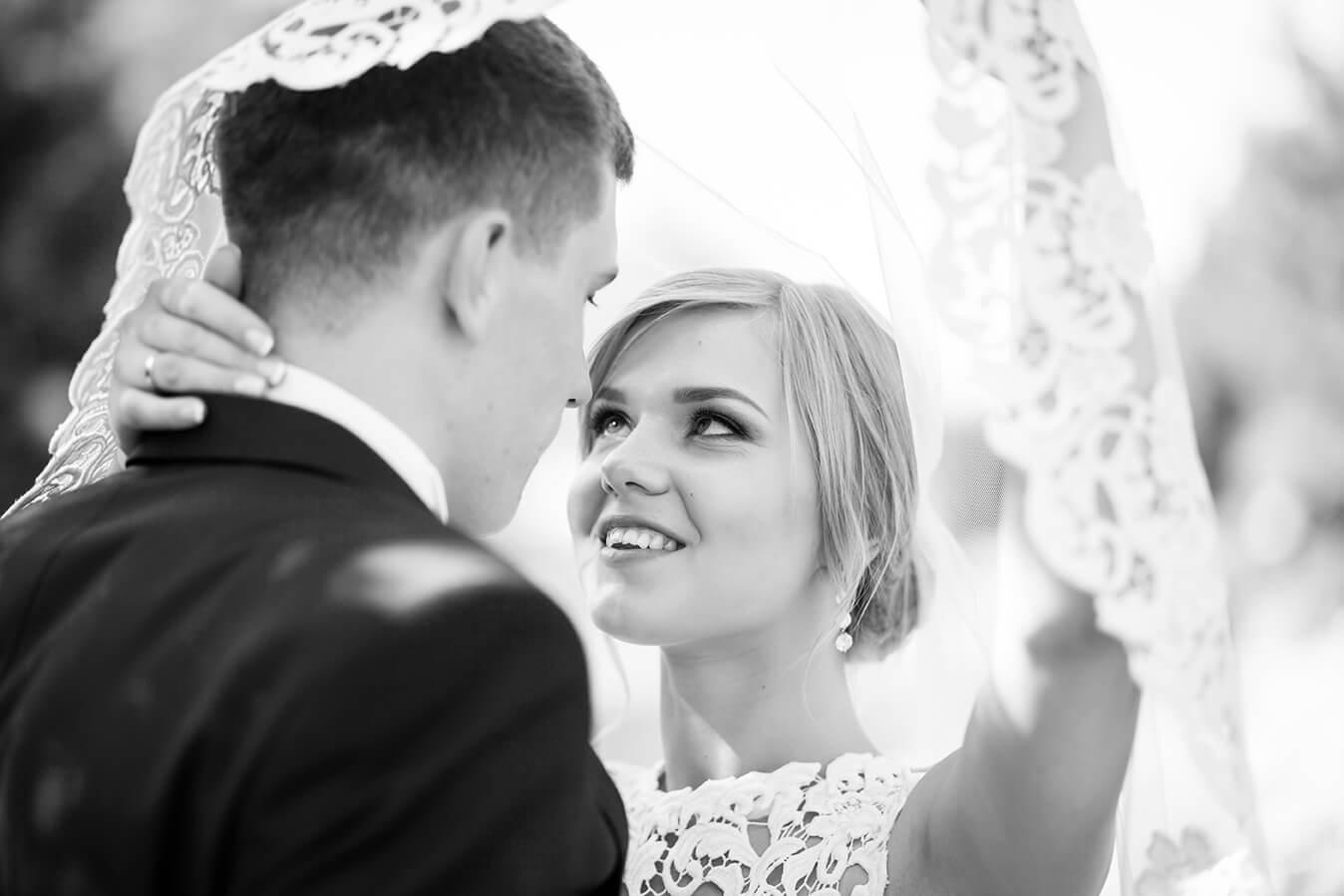 svadebnaja-fotosessija-v-mezhigore-fotograf-kiev-svadebnye-pozy-buket-16