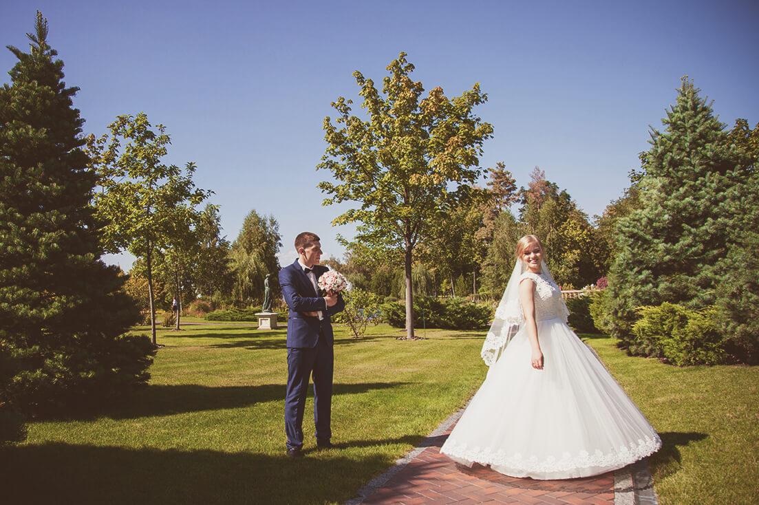 svadebnaja-fotosessija-v-mezhigore-fotograf-kiev-svadebnye-pozy-buket-20