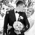 svadebnaja-fotosessija-v-mezhigore-fotograf-kiev-svadebnye-pozy-buket-8