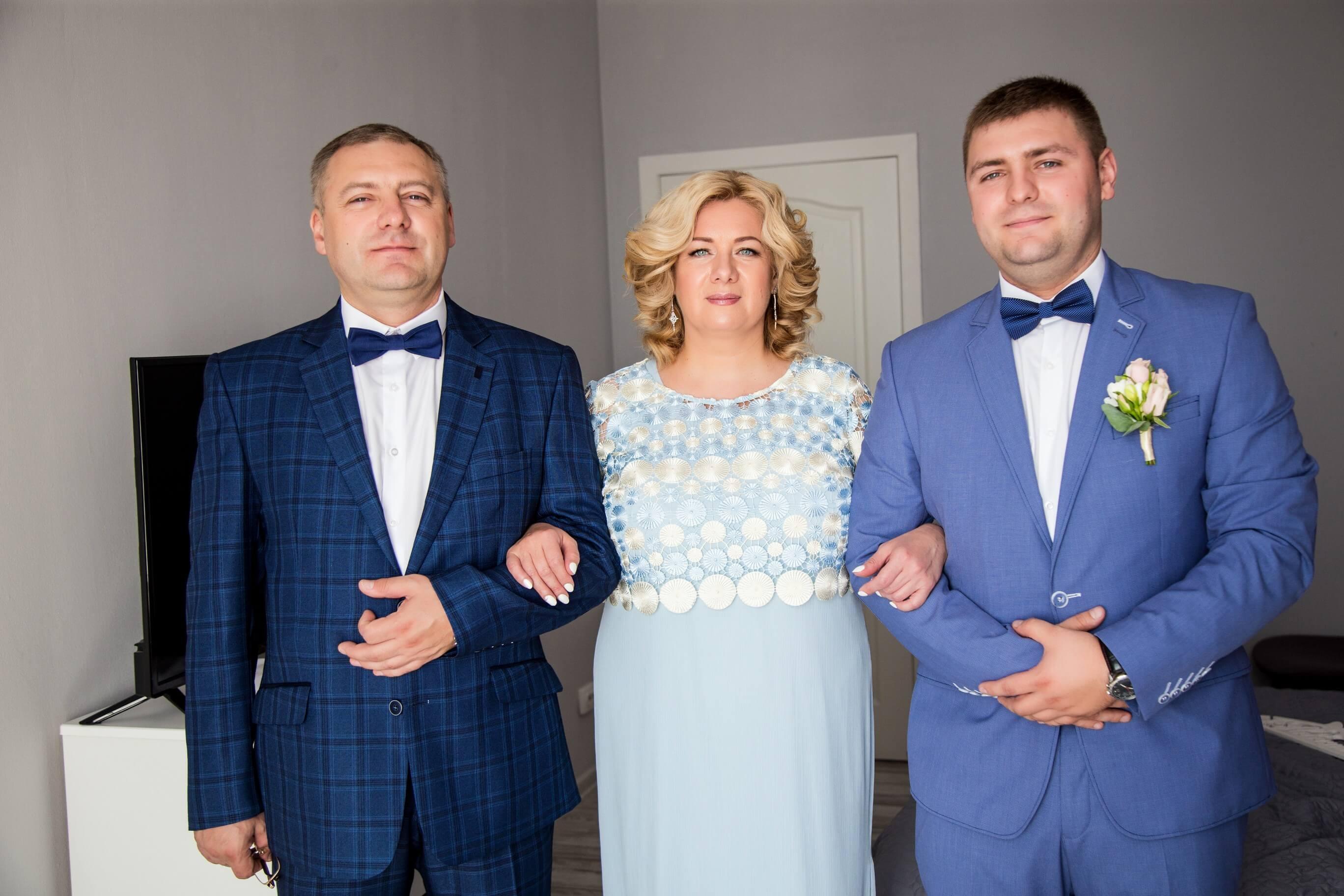 utro zheniha idei svadebnyj fotograf kiev foto zheniha s roditeljami mamoj fotograf kiev (1)