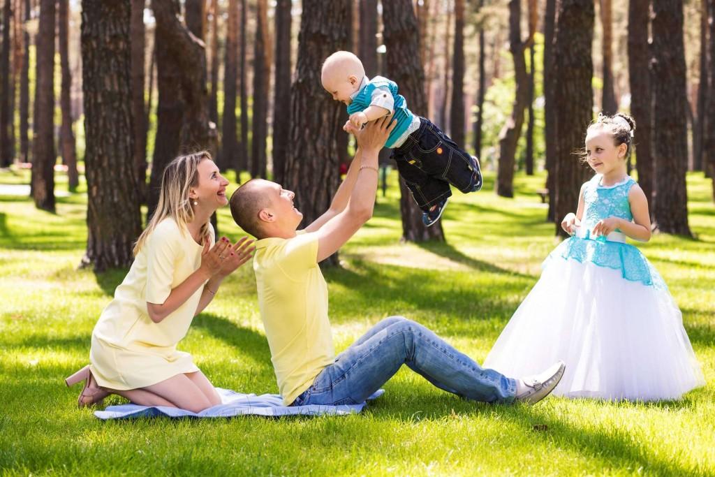 Semejnaja fotosessija mama, papa, syn, dochka. Fotosessija v parke g. Irpen' (6)