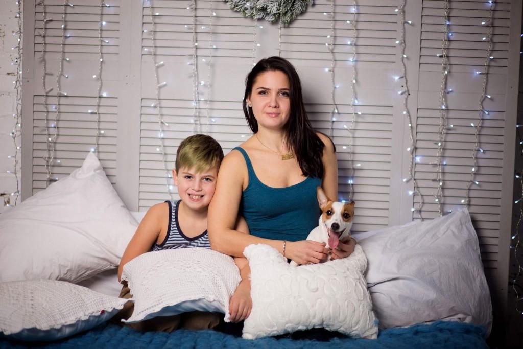 studijnaja fotosessija mama syn sobaka v studii (1)